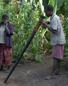 Getinet Mekonen (Dookka-C'ari-Subba neighourhood) preparing his naassa-trumpet